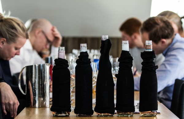 Alle viner testes blindt av smakspanelet
